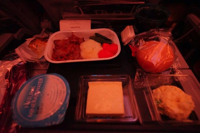 JL7999 QR811 感想 評判 乗り継ぎ 乗継 食事 夕食 朝食