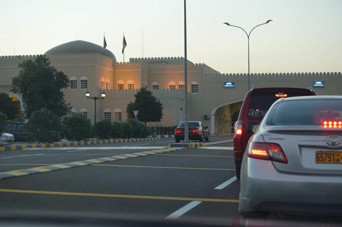 オマーン UAE ドバイ 国境越え レンタカー